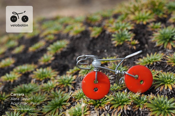 Martina Gee's Velobotóns Carrera. Wire, bead and two red buttons make this miniature bicycle sculpture.